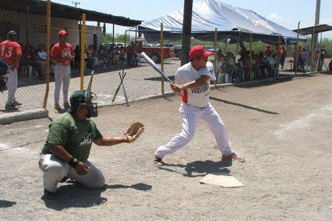 Gilberto Villarreal de Águilas en el softbol del Club Sertoma