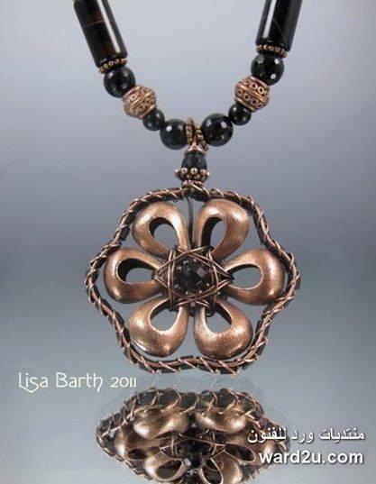 اسلاك معدنية تغلف احجار طبيعية للفنانة ليزا بارث Lisa Barth