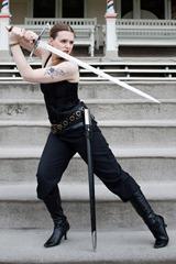 pose con espada a dos manos como escribir una novela de fatasia fantastica fantasy armando guerra espadas y sables