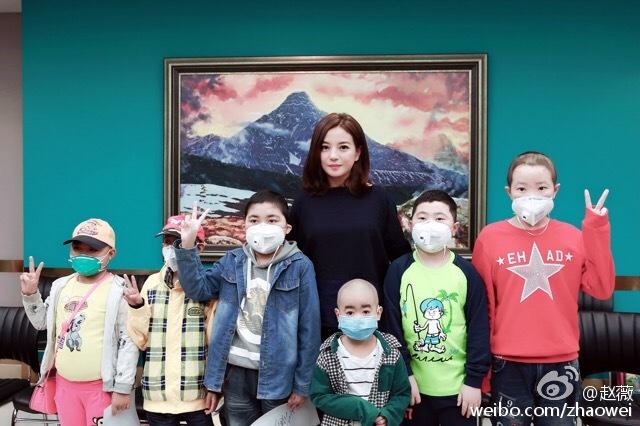 19.09.16_Triệu Vy đến thăm các em nhỏ bị máu trắng được quỹ V-Yêu tài trợ phẫu thuật