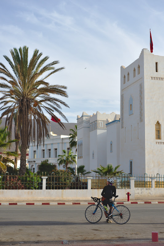 Explorand Sidi Ifni, cu flerul colonial si cu cladirile art-deco din fostul centru.