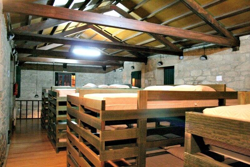 Controversia por la obligación de poner sábanas de tela en los albergues del Camino