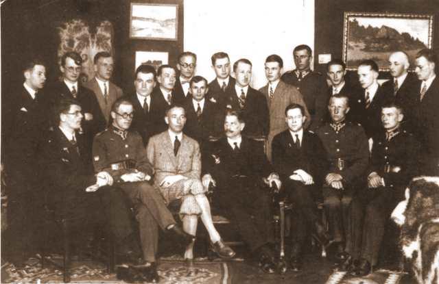 Profesor Dąbrowski z grupą Młodzieży Wszechpolskiej na Uniwersytecie Poznanskim