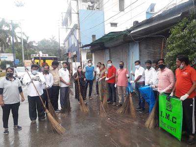 गोगा जयंती के अवसर पर सफाई कर्मचारियों को अवकाश देकर सफाई करती आशा होलस सोनी और उनकी टीम