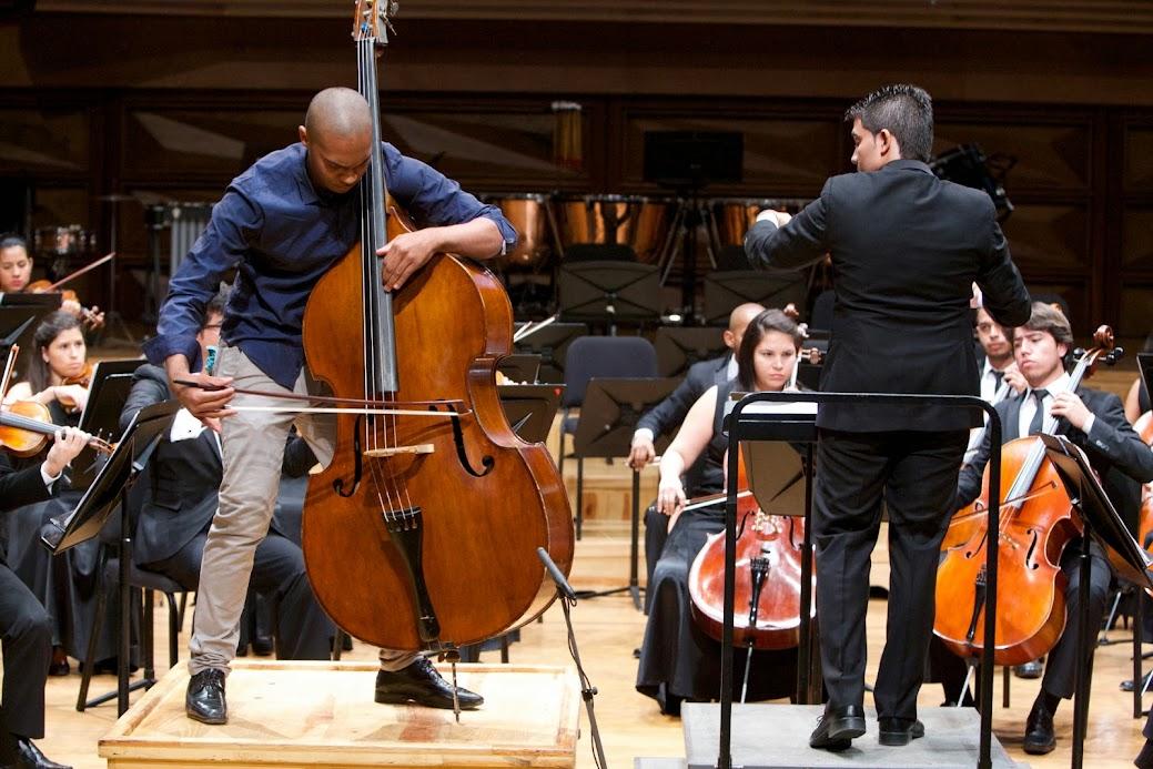 El contrabajista Wilson Pepper junto al joven violinista Carlos Calderón, quien en esta oportunidad actuó como director de su orquesta matriz, la Sinfónica Juvenil Teresa Carreño