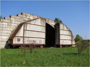 typowy hangar-schron z zachowanymi wrotami
