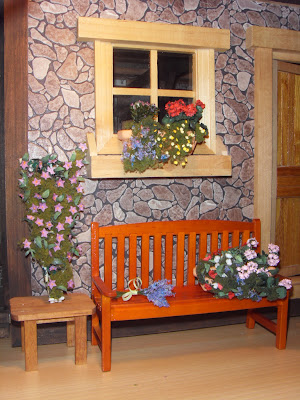 Una rampicante, due vasi di piante con tanti fiorellini colorati, e il ...