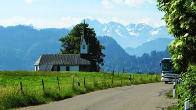 Bolsterlang Kirche mit demBlick auf Oberstdorfer Berge
