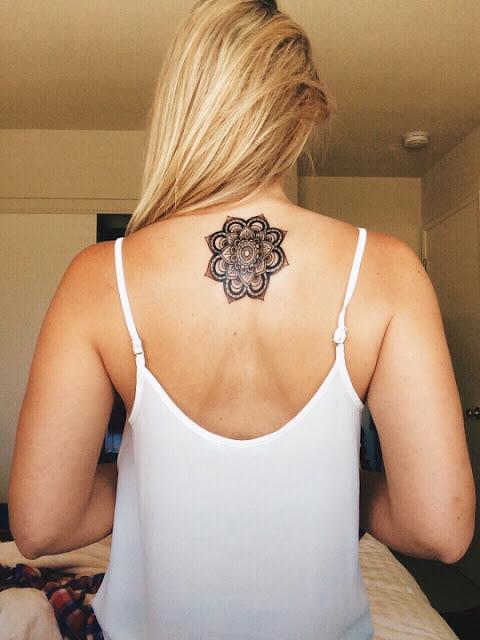 Mandala desenho de tatuagem na parte superior das costas de uma mulher