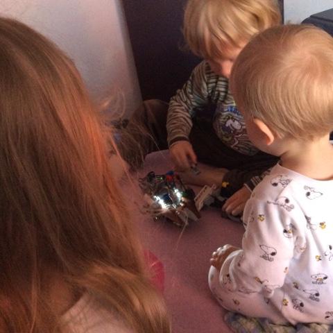 Kinder spielen gemeinsam im Bett