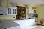Realizzazione cucina country laccata bianca con piano piastrellato, cappa a camino, elettrodomestici in acciaio