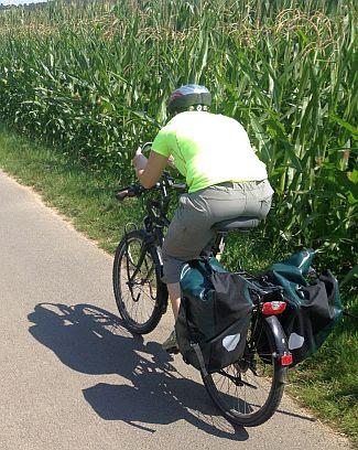 Miri on the Bike am Maisfeld