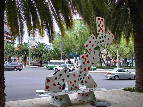 Banco con forma de baraja de cartas