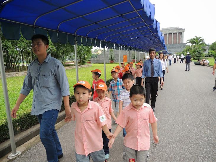 Viếng lăng Chủ tịch Hồ Chí Minh nhân dịp kỷ niệm 124 năm ngày sinh của Người