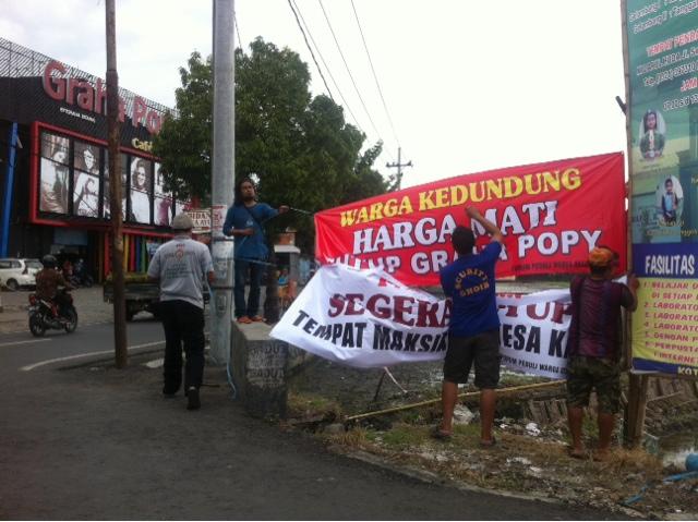 Warga Kedundung Gelar Aksi Bentang Spanduk Penolakan Graha Poppy Karaoke