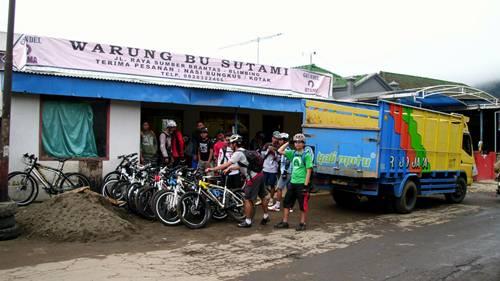 Rombongan sudah sampai di daerah Cangar. Sepeda diturunkan dari truk, dan kami sarapan terlebih dahulu di warung nasi.