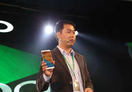 William Fang, CEO of OPPO Malaysia holding OPPO R7 Plus