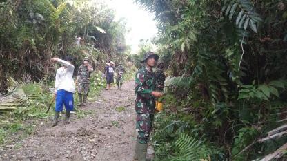 Asrikan Jalan Desa, Satgas  Gotong-royong Bersihkan dan Perlebar Jalan Baru di TMMD Kodim Tapsel