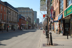 Типичная улица в центре Монреаля - маленькие домики, старые церквушки, и современные офисные здания (все невысокие). На первых этажах зданий - везде магазинчики.