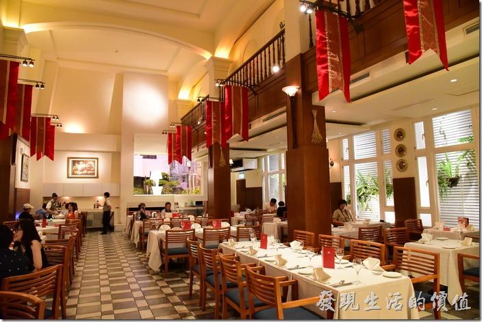 台南-轉角餐廳龍蝦餐廳。「台南轉角餐廳」整個一樓餐廳有挑高的設計,有兩人、四人及六、八人的座位,兩旁掛著旗幟跛有歐洲風格。