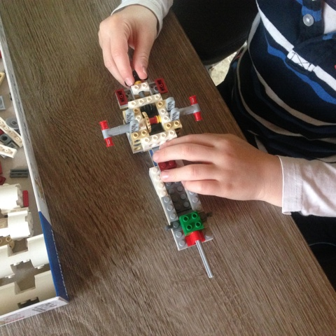 Kind baut Lego