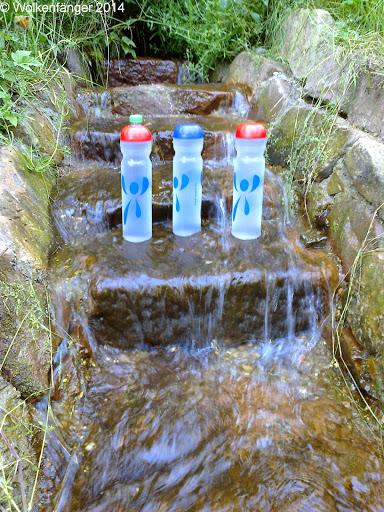 ... die Flaschen sind voll! Ansonsten sind auf der Karte verzeichnete Bäche und Brunnen nur Rinnsale bzw. trocken. Schon jetzt im Frühsommer. War halt kein Schnee im Winter und sehr wenig Regen im Frühjahr.