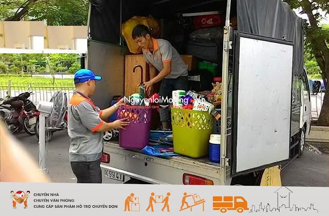 Nhân viên của Nguyenloimoving đang chuyển trọ cho khách hàng