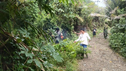 Kemanunggalan TNI dan Rakyat Tersaji  Gotong-royong Perlebar Jalan Desa  di Kodim Satgas Tapsel