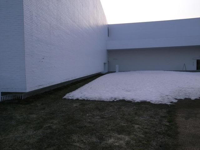 青森県立美術館雪の境目