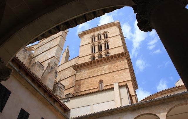 Claustre catedral i campanar Palma.jpg