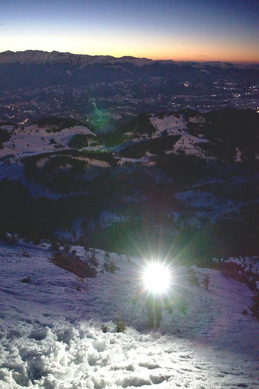 Urcam cu spor la lumina frontalei. Sub noi poienile prin care am trecut in seara dinainte sunt inca luminate de luna.