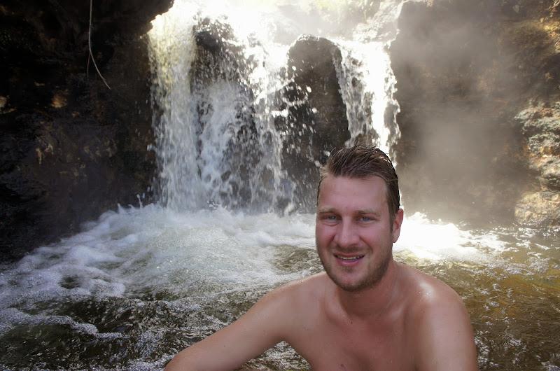 Torge badet in heißer Quelle
