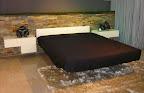 Lago Bergamo: Il letto fluttua grazie ad un sistema particolare appoggia su una sola gamba centrale e da l'impressione di essere sospeso in aria. I comodini sospesi laccati con frontali in vetro sono della serie 36e8 di Lago
