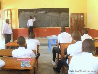Des élèves d'une école de Kinshasa suivant le cours lors de la rentrée scolaire le 08/09/2014. Radio Okapi/Ph. John Bompengo