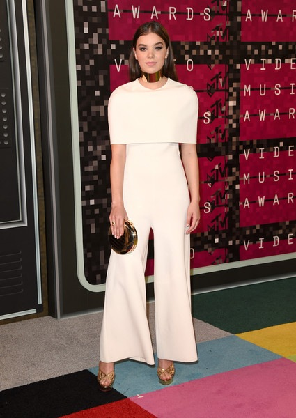 Hailee Steinfeld attends the 2015 MTV Video Music Awards