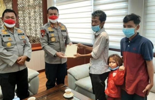 Kapolda Banten Apresiasi  Perjuangan Tanto, Pria Asal Bayah yang Keliling Kampung Demi Seragam Sekolah Anaknya