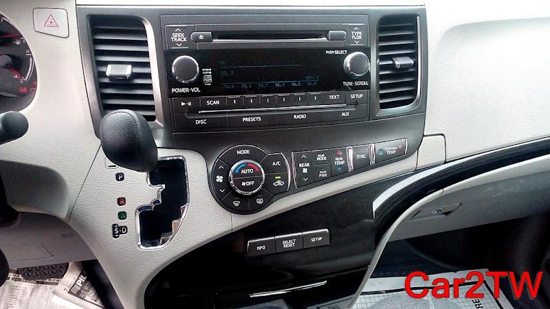 Toyota Sienna方向排及中央儀表板設計簡單明瞭,自手排變速箱系統還是標配
