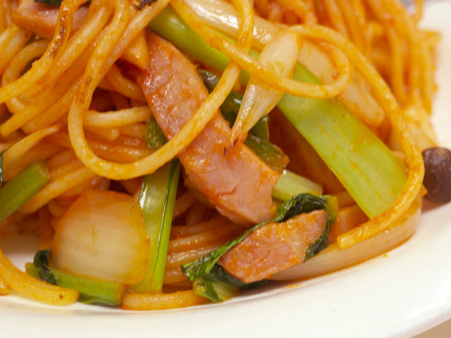 具材のタマネギ、ベーコン、小松菜