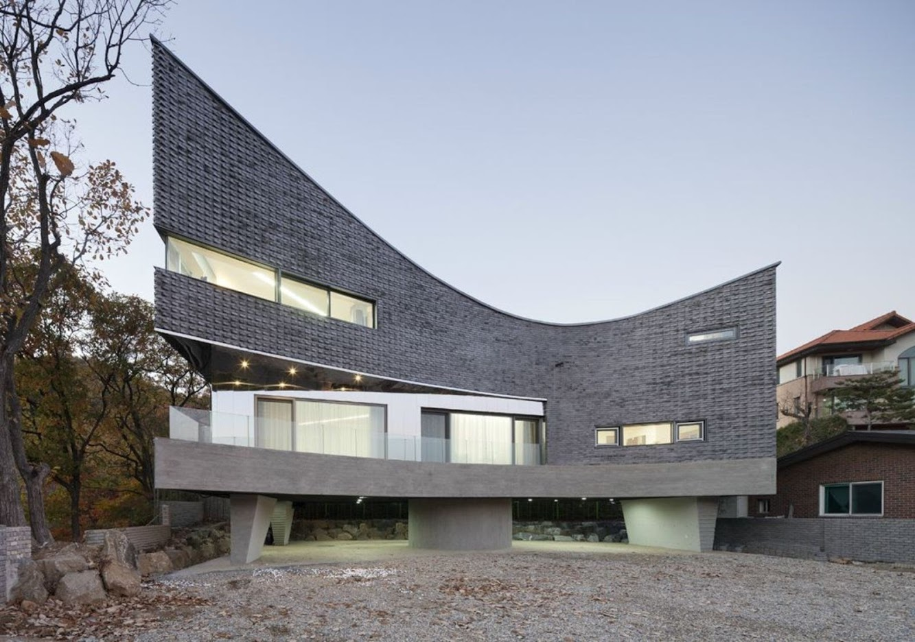 Gyeonggi, Corea del Sud: The Curving House by Joho Architecture