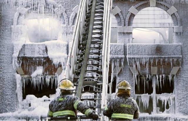 pemadam kebakaran beraksi pada bangunan terkena badai salju