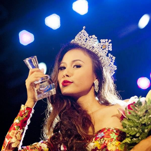 Sharr Htut Eaindra poses with her award after becoming the new Miss Universe Myanmar during the 2014 Miss Universe competition at Myanmar's National Theatre in Yangon on July 26, 2014.