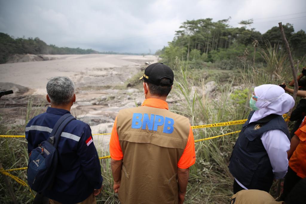 Kepala BNPB Serahkan Bantuan 500 Juta dan Sejumlah Keperluan Pengungsi Erupsi Semeru