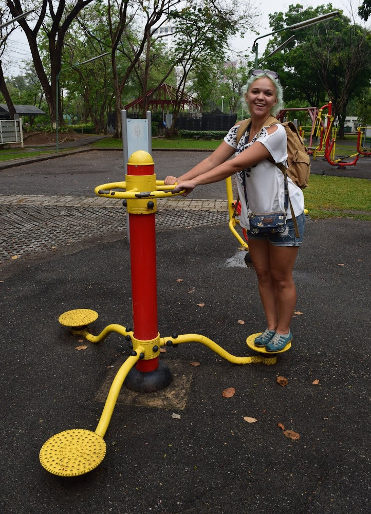 Finally we take a walk through the large Chatuchak Park, which has an impressive workout center with a lot of interesting fitness machines!