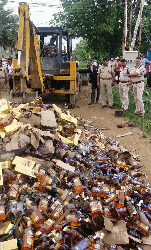 जमुई : पुलिस ने 9000 लीटर अंग्रेजी शराब किया नष्ट