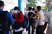 Tempatkan Personel di Dermaga Pulau Tidung, Polsek Kepulauan Seribu Selatan Pandu Warga Scan Barcode Peduli Lindungi