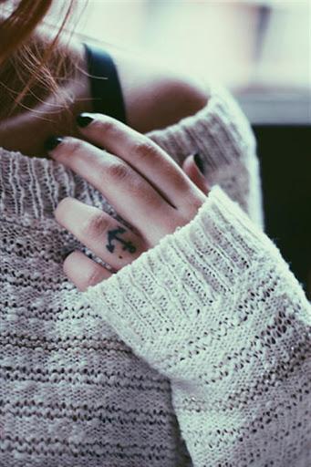 Anel de dedo e a primeira escolha para obter as tatuagens doneAnchor tatuagem procurando incrivel