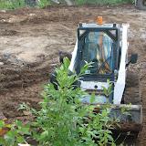 Экскаватор ГСК 112 уничтожает деревья и сталкивает мусор к ручью