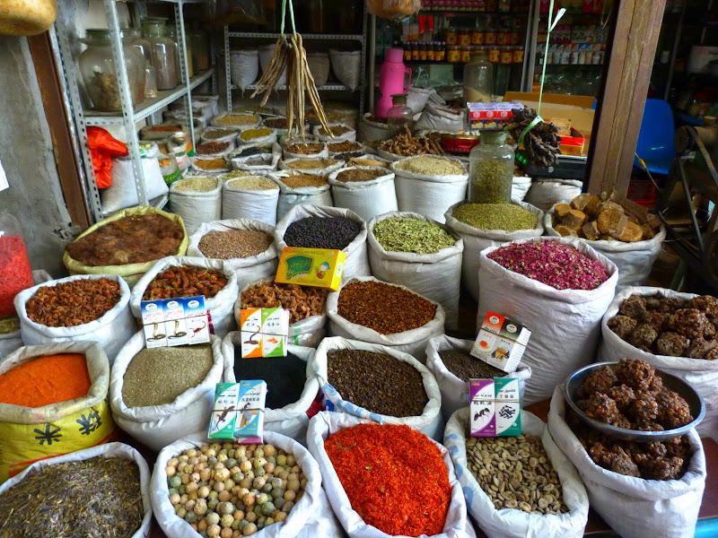 XINJIANG. Urumqi, Grand Bazar, 8 avril - P1270272.JPG