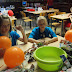 Helenna en Emile knutselen een luchtballon met enkele derdeklassers (05/12)