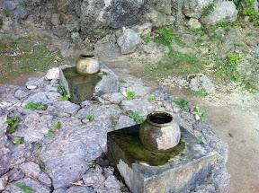 聖水を受け止める壷